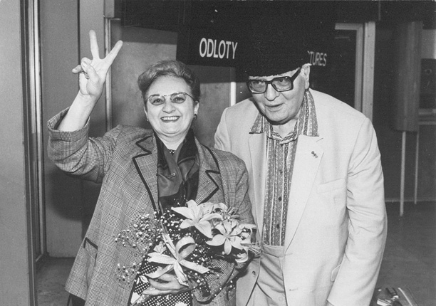 Olivier Messiaen and Yvonne Loriod arrive in Poland in 1989 (making the solidarity gesture), photo by Włodzimierz Echeński