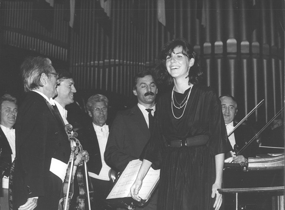 Hanna Kulenty after the performance of Ad unum featuring the Silesian Philharmonic conducted by Karol Stryja on 21 September 1986, photo by Andrzej Glanda