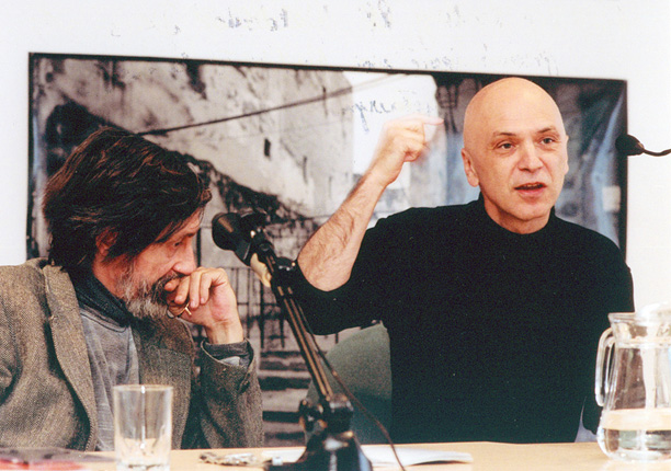 Warsaw Autumn 2004, Bernhard Lang and Andrzej Chłopecki during a meeting at the Austrian Culture Forum, photo by Jan Rolke